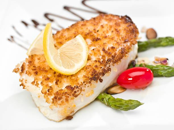 in der pfanne gebratenes filet fish - heilbutt stock-fotos und bilder