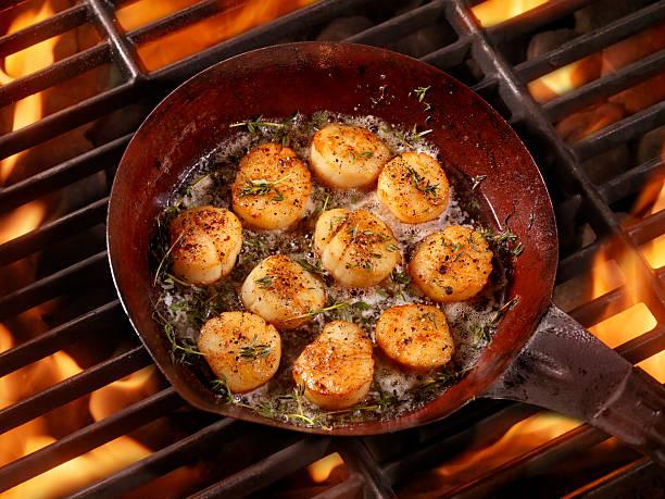 barbecue in der pfanne gebratene jakobsmuscheln in butter - scharf anbraten stock-fotos und bilder