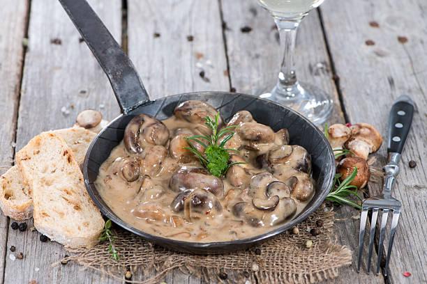 pan mit pilzen in sauce - pilzpfanne stock-fotos und bilder
