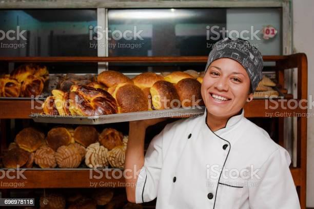 Panadera en una panaderia local