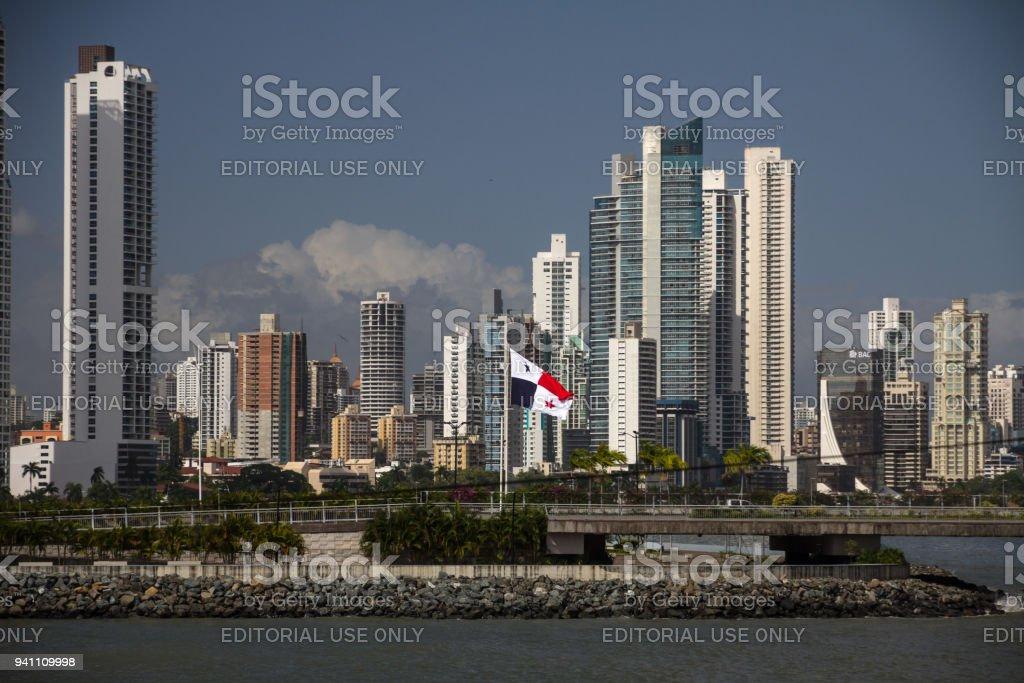 Cidade do Panamá highrises e bandeira panamenha de Casco Vieja - foto de acervo