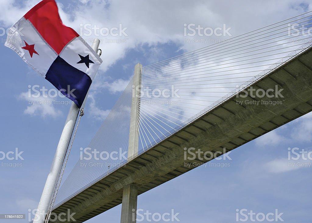 Bandeira do Panamá e a Ponte Centenária sobre o Canal do Panamá - foto de acervo