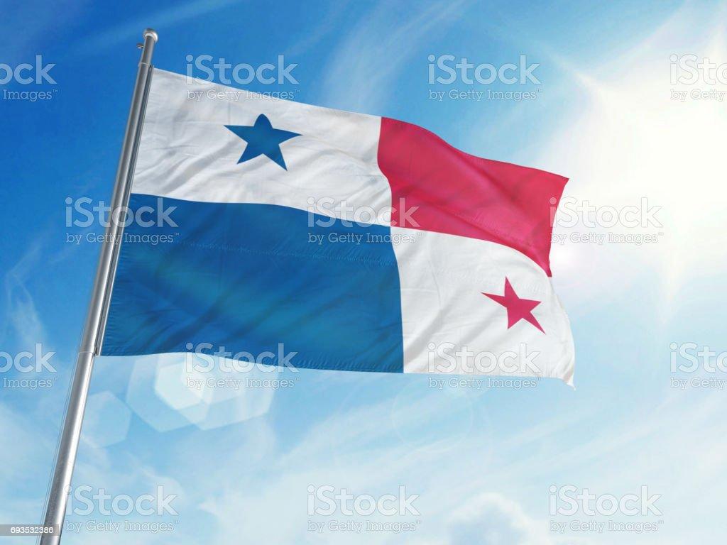 Bandeira do Panamá em um fundo de nuvem - foto de acervo