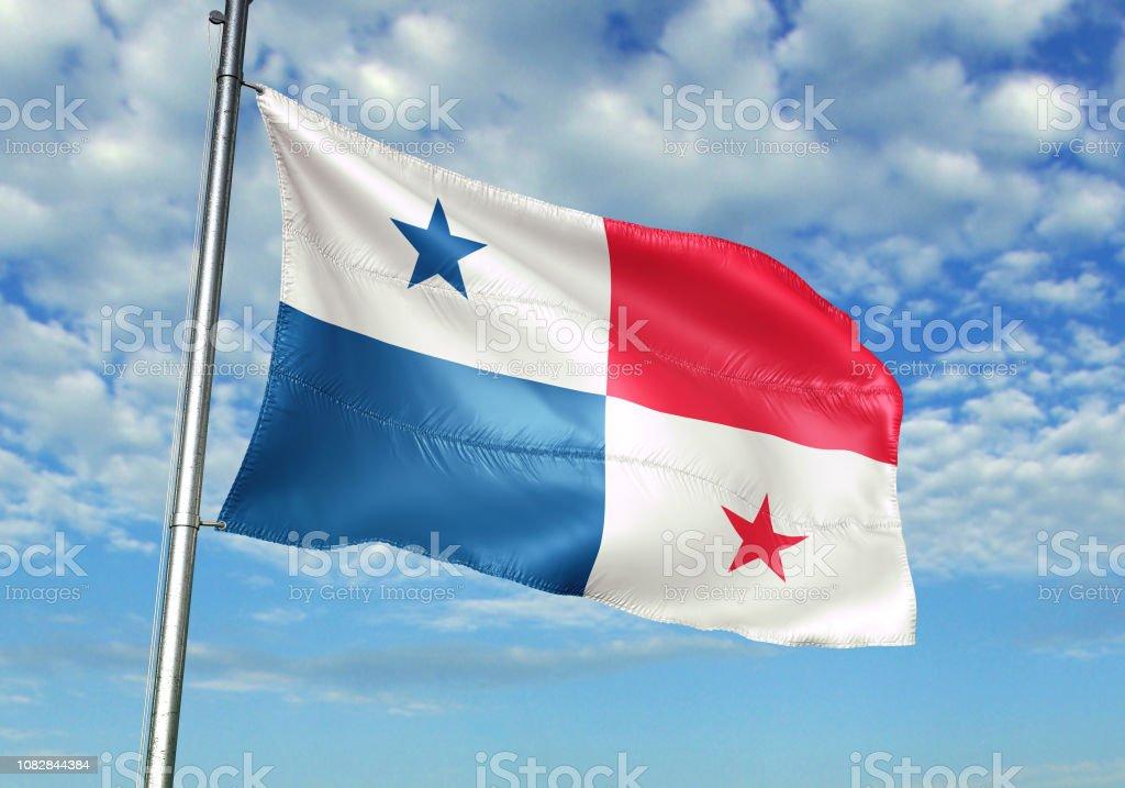 Bandeira do Panamá acenando fundo de céu nublado - foto de acervo