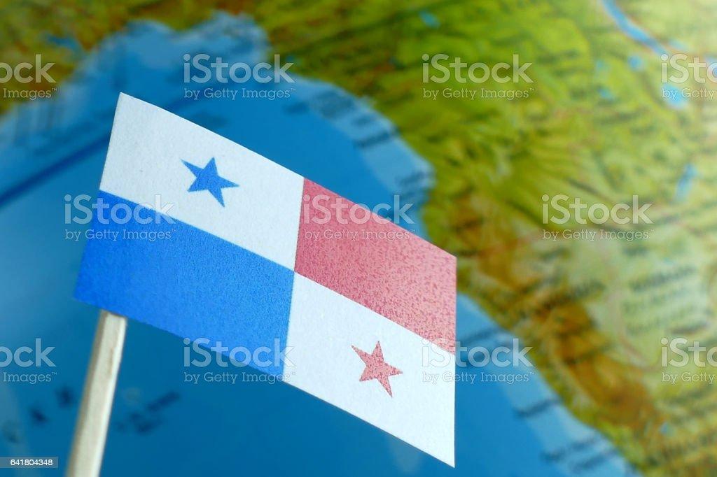 Bandeira do Panamá com um mapa do globo como uma macro de fundo - foto de acervo