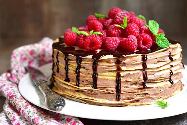 pancake chocolate cake with fresh raspberry. - himbeer mascarpone dessert stock-fotos und bilder