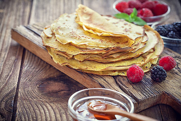 pancake - crepes with berries, mint and honey - crepes ohne ei stock-fotos und bilder