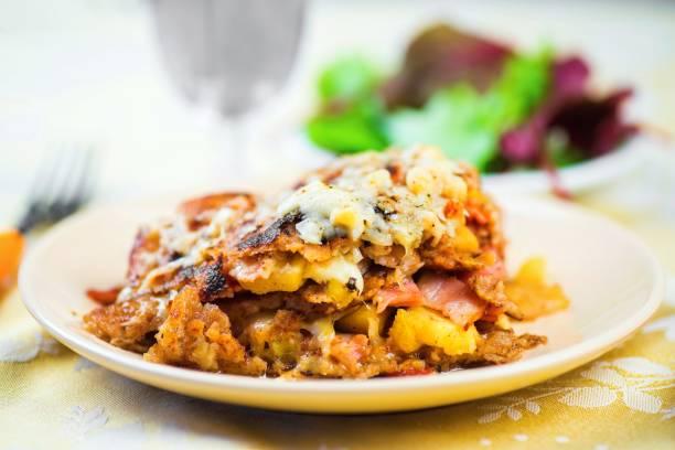 pfannkuchen sie aus buchweizenmehl mit apfel, speck, schinken und käse. - buchweizenpfannkuchen stock-fotos und bilder