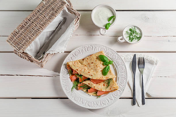 pancake with salmon, dill and cream - gezout stockfoto's en -beelden