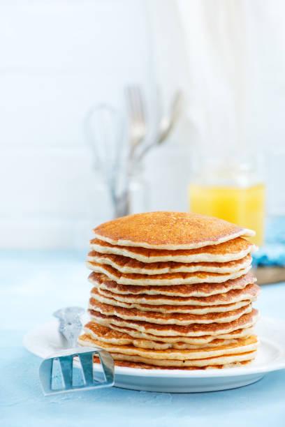 pfannkuchen - schmaler tisch stock-fotos und bilder