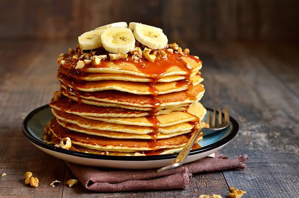 Pfannkuchen mit Banane, Walnuss und Karamell. – Foto