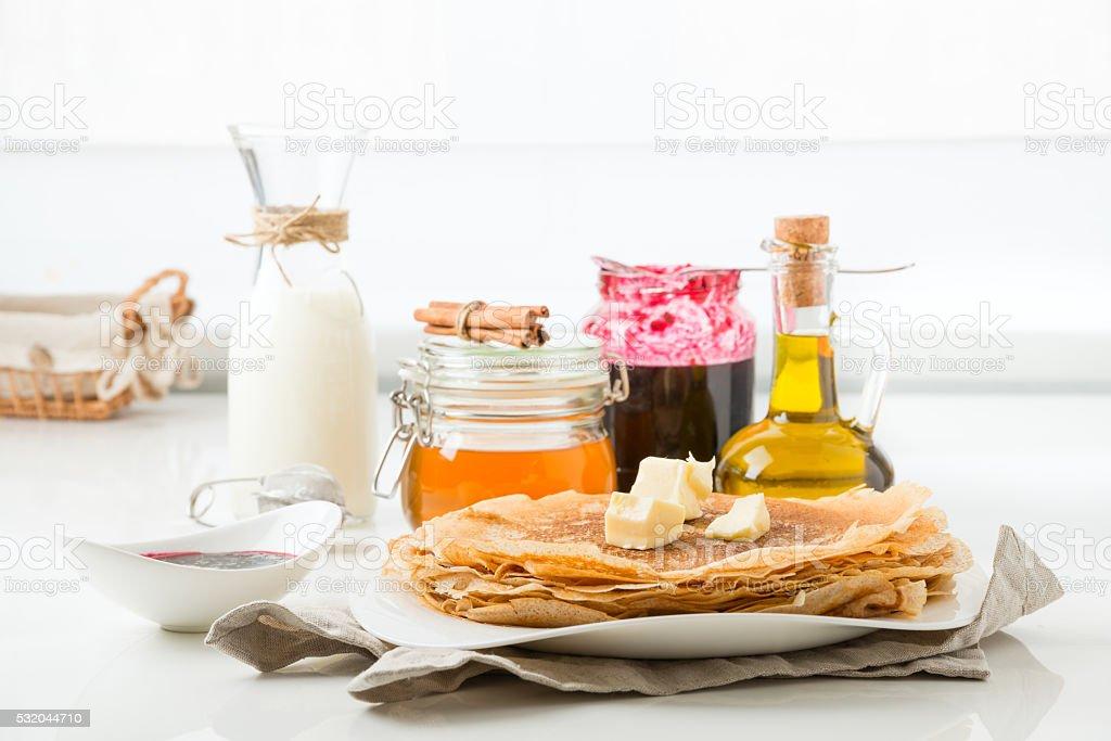 Panqueques con mantequilla sobre un fondo blanco - Foto de stock de Aceite para cocinar libre de derechos