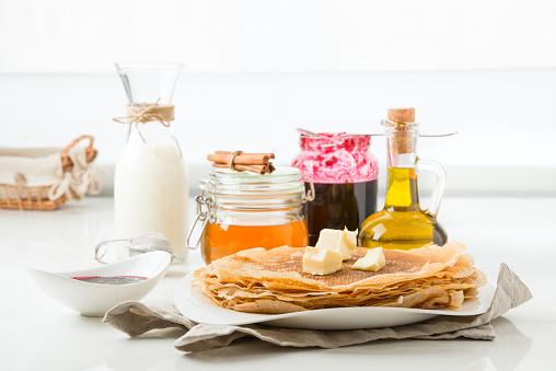 Panqueques Con Mantequilla Sobre Un Fondo Blanco Foto de stock y más banco de imágenes de Aceite para cocinar