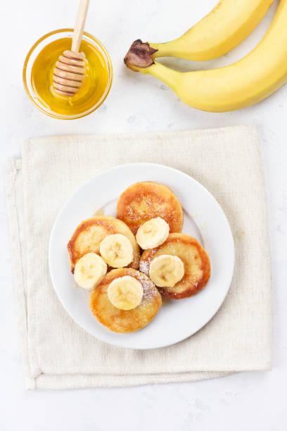 Panquecas com queijo fresco e fatias de banana - foto de acervo