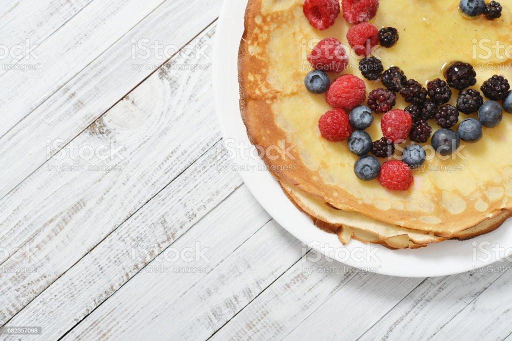 Pancakes with fresh berries royalty free stockfoto