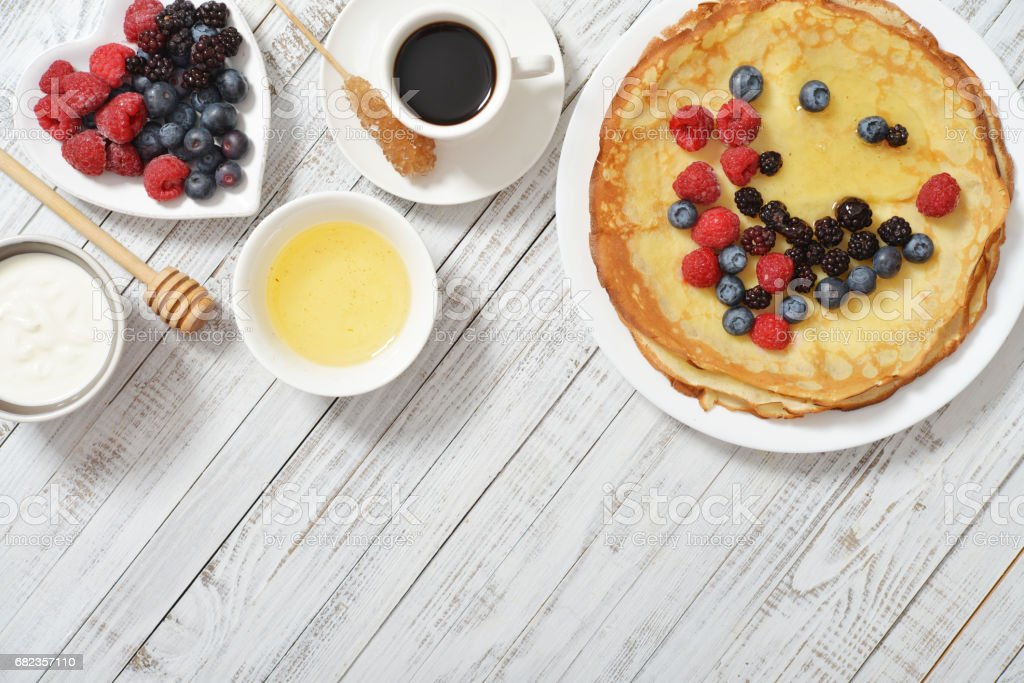 Pancakes with fresh berries foto stock royalty-free