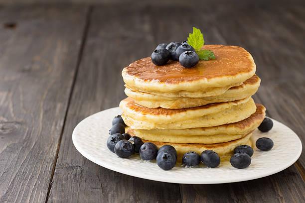 Pfannkuchen mit frischen Heidelbeeren und Honig – Foto