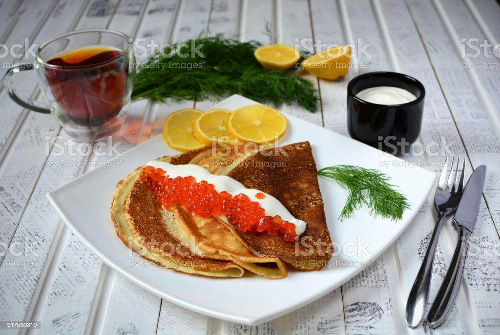 Crêpes au caviar rouge sur plaque. Cuisine russe. Maslenitsa - Photo