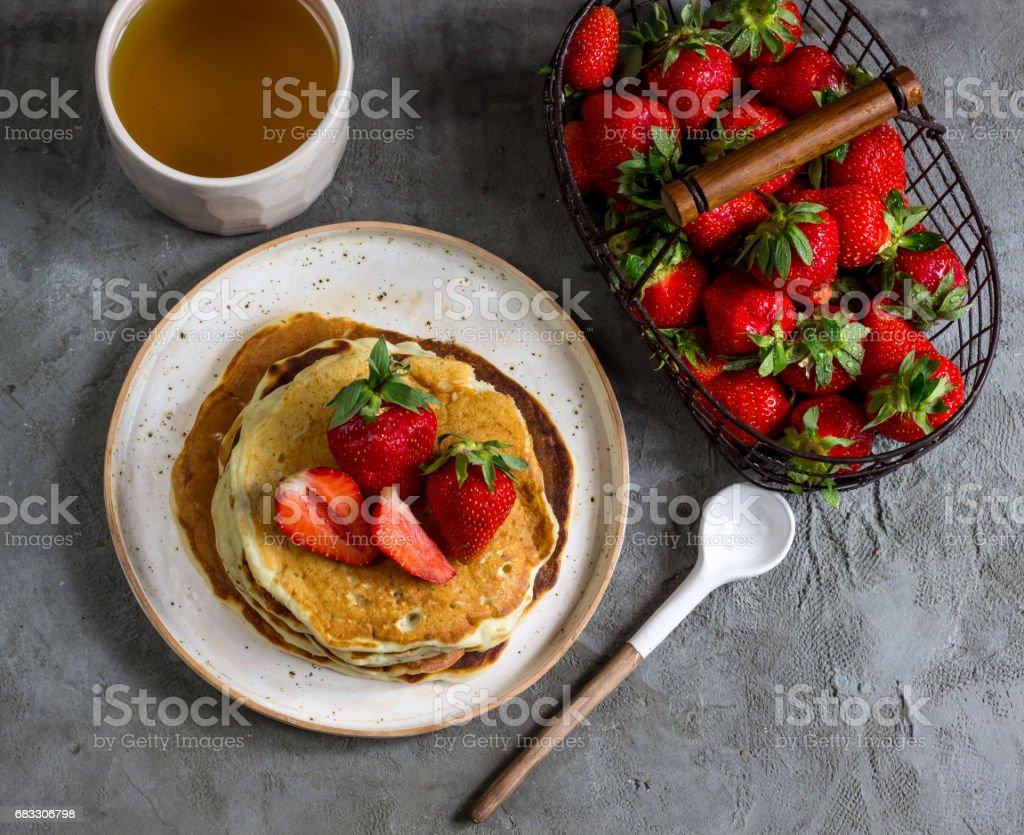 Pannkakor med jordgubbar royaltyfri bildbanksbilder
