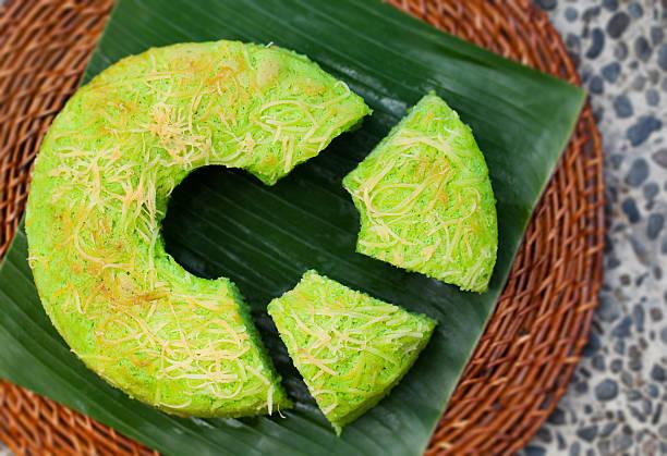 pandan-chiffon kuchen traditionelle indonesische wüste aufsicht - kokoskuchen stock-fotos und bilder