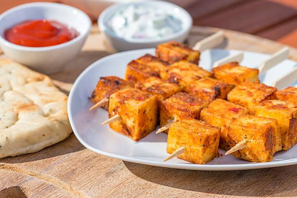 paneer tikka-kebab - marinade für grillfleisch stock-fotos und bilder