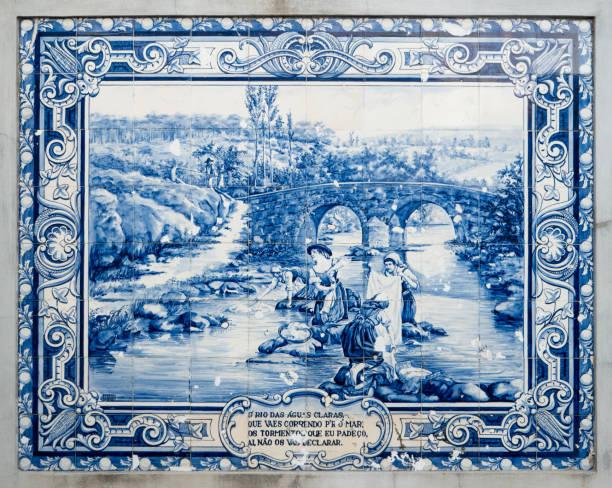 panel der traditionellen portugiesischen fliesen handbemalt blau und weiß - gedichte zum ruhestand stock-fotos und bilder