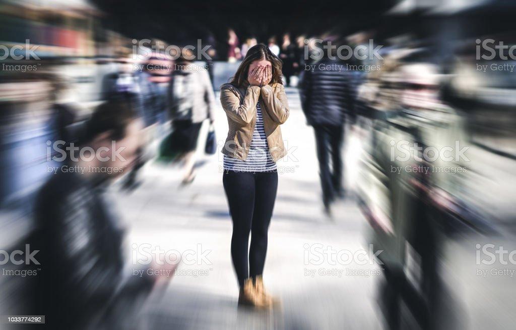 Ataque de pánico en lugar público. Mujer que tiene trastorno de pánico en la ciudad. Psicología, soledad, temor o concepto de problemas de salud mental. - foto de stock