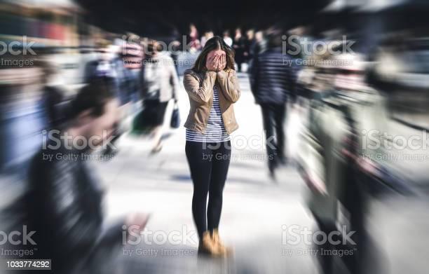公共の場所でパニック発作市ではパニック障害を持っている女性心理学孤独恐怖や精神的な健康問題の概念 - おびえるのストックフォトや画像を多数ご用意