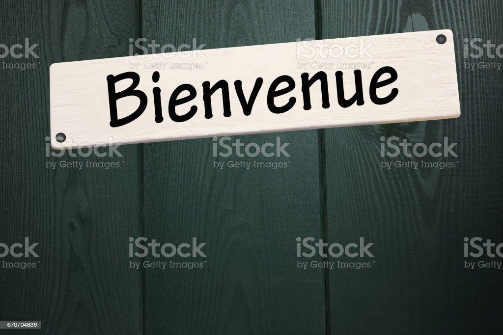 Panneau de Bienvenue cloué sur une façade de maison en bois stock photo