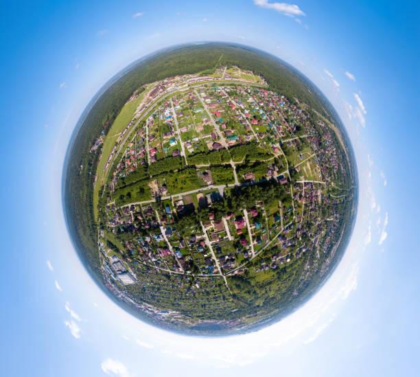全景鳥瞰新開發社區,俄羅斯新西伯利亞在早晨的夏天與五顏六色的葉子。俄羅斯各縣的一個城市。全VR 360度空中全景無縫球形。圖像檔