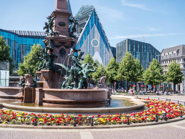 panorama augustusplatz aus leipzig - leipzig universität stock-fotos und bilder
