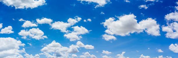 ciel bleu de panorama et nuages avec le fond naturel de lumière du jour. - bleu photos et images de collection