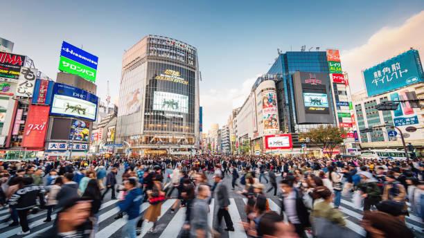 東京渋谷クロッシングで混雑するパノラマ - 渋谷 ストックフォトと画像