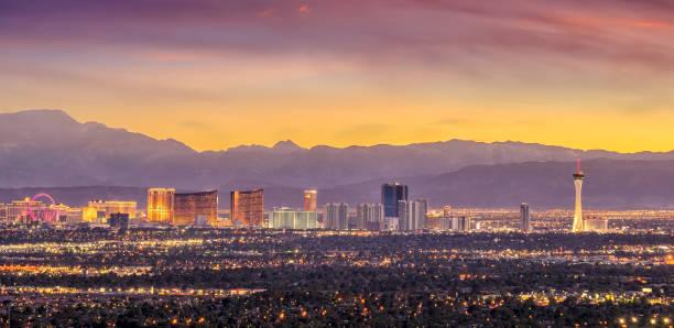 Opinião da arquitectura da cidade do panorama de Las Vegas no por do sol em Nevada - foto de acervo