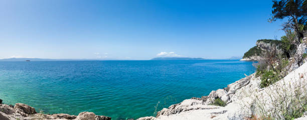 Panorama del mare azzurro limpido della Croazia vicino a Makarska - foto di stock immagine - foto stock