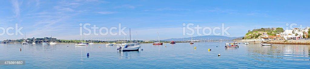 Panorama do porto e Aldeia Alvor em Portugal - fotografia de stock