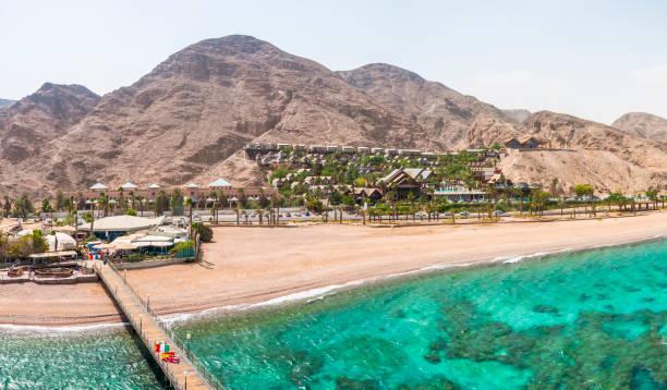 panorama vom turm des unterwasser-observatorium marine park in eilat. wüste-berge mit bereichen des hotels. - hohe warte stock-fotos und bilder