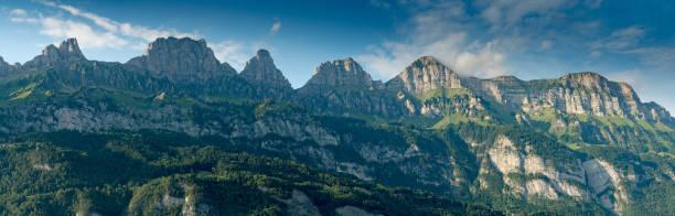 Panorama-Berglandschaft in der Schweiz mit vielen Berggipfeln im warmen Abendlicht – Foto