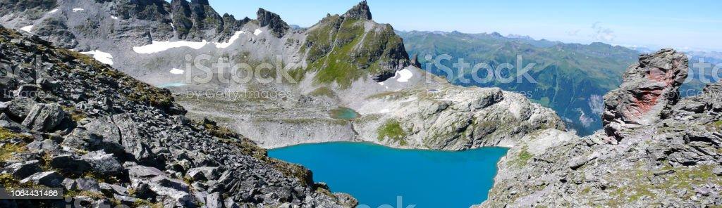 Panorama Berglandschaft in den Schweizer Alpen mit einer großartigen Aussicht und einem türkisfarbenen See in der Mitte – Foto