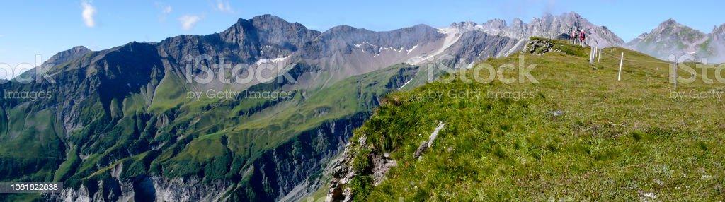Panorama Berglandschaft in den Schweizer Alpen mit einem tollen Blick auf den Pizol Berge und Wanderer in der Ferne – Foto