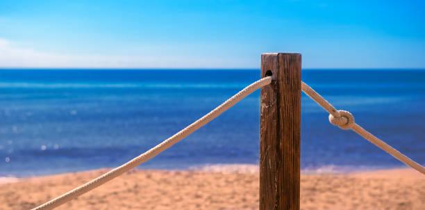 Panorama eines Strandes mit Pfahl – Foto