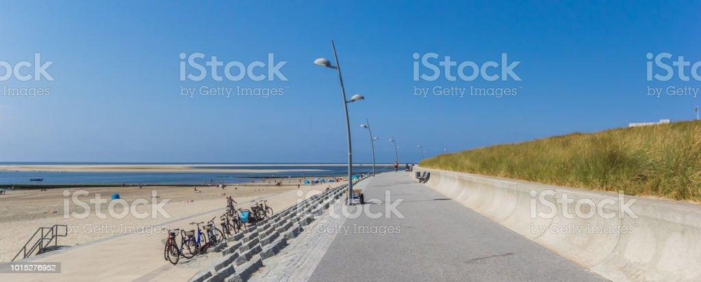 Panorama von einem Deich entlang des Meeres auf der Insel Borkum, Deutschland – Foto