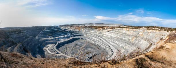 Panorama von einem großen kalkhaltigen Steinbruch – Foto