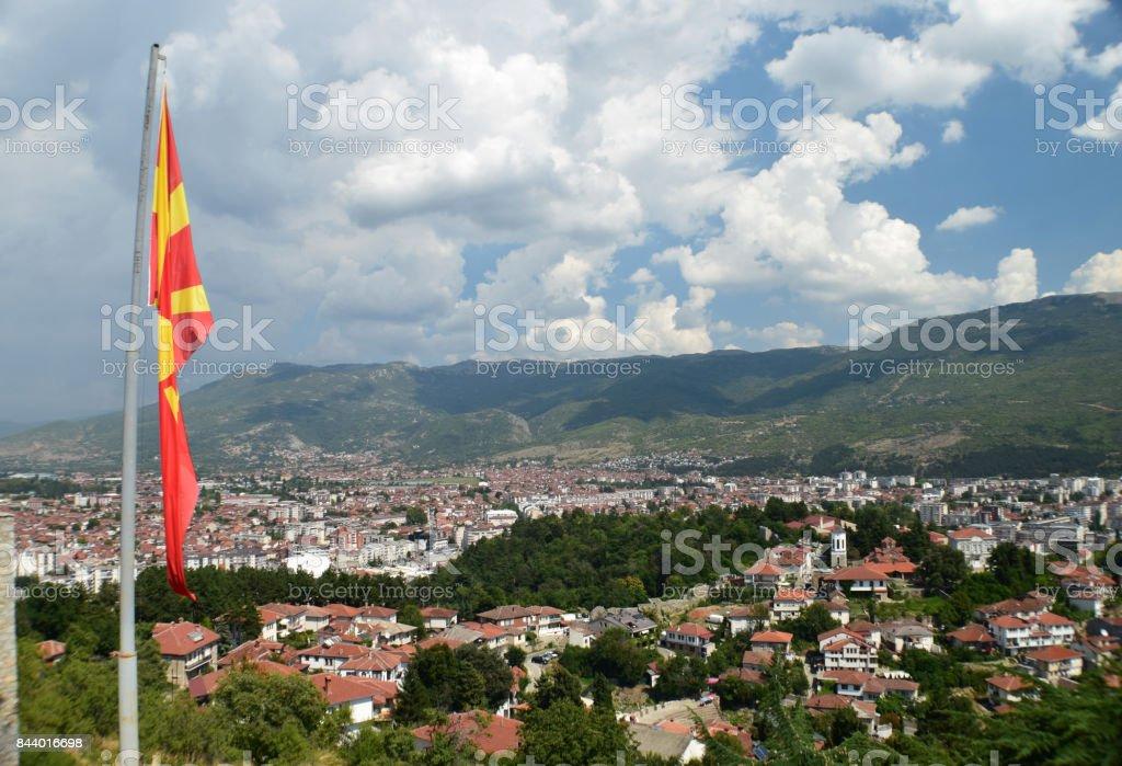 Panorama de uma cidade pequena com uma bandeira da Macedônia - foto de acervo