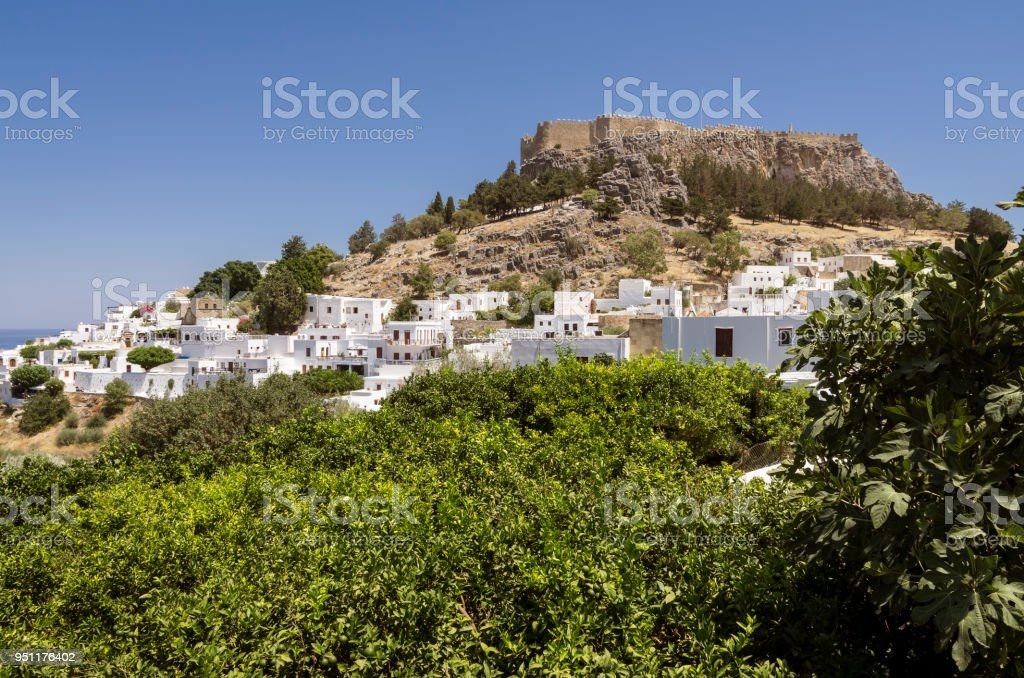 Panorama of a sunny day of Lindos with the castle above on the Greek Island of Rhodes. - foto stock