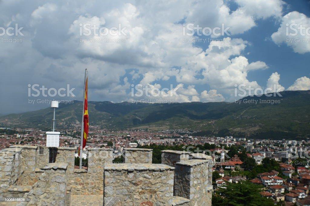 Panorama do Ohrid, cidade e lago, visto da fortaleza com uma bandeira da Macedônia - foto de acervo