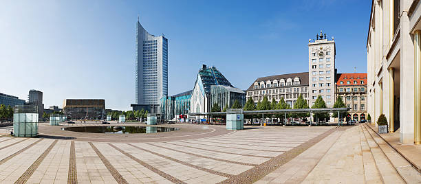 panorama von augustusplatz in leipzig, deutschland - leipzig universität stock-fotos und bilder