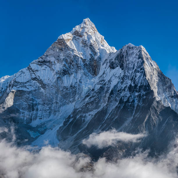 尼泊爾喜馬拉雅山美麗的阿瑪達布拉姆山全景 - 山頂 個照片及圖片檔