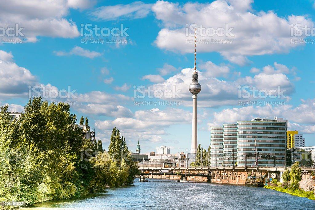 Panorama von Berlin mit Fernsehturm und den Fluss – Foto