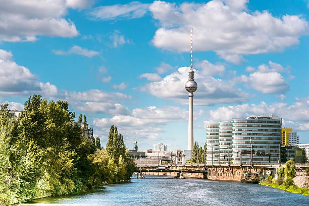 panorama von berlin mit fernsehturm und den fluss - berliner fernsehturm stock-fotos und bilder